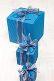 Τρία μπλε κιβώτια δώρων χαρτοκιβωτίων σε μια σειρά Στοκ Φωτογραφίες
