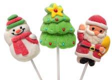 Τρία νέα γλυκά έτους Χριστουγεννιάτικο δέντρο, Άγιος Βασίλης και χιονάνθρωπος η ανασκόπηση απομόνωσε το λευκό Στοκ Εικόνες