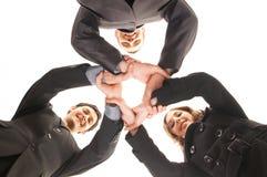 Τρία νέα επιχειρησιακά άτομα σε μια χειραψία ομάδας Στοκ Φωτογραφίες