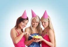 Τρία νέα κορίτσια έχουν μια γιορτή γενεθλίων Στοκ φωτογραφία με δικαίωμα ελεύθερης χρήσης