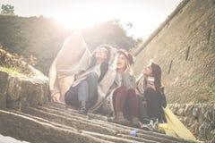 Τρία νέα κορίτσια που κάθονται στα σκαλοπάτια Στοκ φωτογραφία με δικαίωμα ελεύθερης χρήσης
