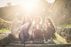 Τρία νέα κορίτσια που κάθονται στα σκαλοπάτια Στοκ Εικόνες