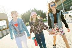 Τρία νέα κορίτσια που περπατούν στις οδούς πόλεων στοκ εικόνα με δικαίωμα ελεύθερης χρήσης