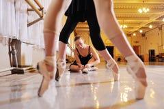 Τρία νέα χαριτωμένα ballerinas εκτελούν τις ασκήσεις σε μια χορογραφική μηχανή ή μια μπάρα στοκ φωτογραφία με δικαίωμα ελεύθερης χρήσης