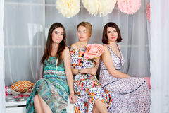 Τρία νέα, όμορφα και ελκυστικά κορίτσια στο φωτεινό έγχρωμο Δρ Στοκ Εικόνα
