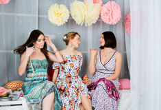 Τρία νέα, όμορφα και κορίτσια συγκίνησης στο φωτεινό χρωματισμένο φόρεμα Στοκ εικόνες με δικαίωμα ελεύθερης χρήσης
