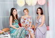 Τρία νέα όμορφα κορίτσια στα φωτεινά χρωματισμένα φορέματα MO άνοιξη Στοκ φωτογραφία με δικαίωμα ελεύθερης χρήσης