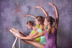 Τρία νέα ballerinas που τεντώνουν στο φραγμό στοκ φωτογραφία με δικαίωμα ελεύθερης χρήσης