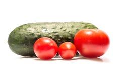 Τρία ντομάτες και αγγούρι στο άσπρο υπόβαθρο Στοκ φωτογραφίες με δικαίωμα ελεύθερης χρήσης