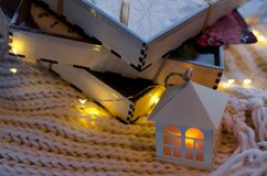 Τρία ξύλινα κιβώτια δώρων με το μελόψωμο Στοκ Εικόνα
