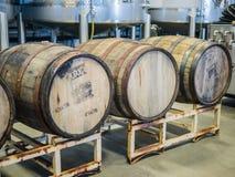 Τρία ξύλινα βαρέλια μηλίτη σε μια αποθήκη εμπορευμάτων σε Corvallis, Όρεγκον στοκ φωτογραφία