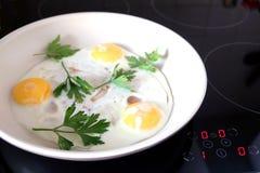 Τρία ορεκτικά τηγανισμένα αυγά στο τηγάνι Στοκ Εικόνες