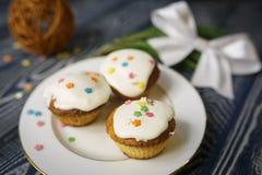 Τρία ορεκτικά χειροποίητα muffins βρίσκονται σε ένα πιάτο ως σύμβολο ιερού Πάσχας ή άλλου εορτασμού Στοκ Εικόνες