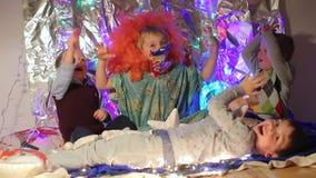 Τρία παιδιά και ένα παιδί κλόουν χαίρονται απόθεμα βίντεο