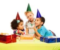 Τρία παιδιά και κέικ γενεθλίων στοκ εικόνα με δικαίωμα ελεύθερης χρήσης