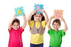 Τρία παιδιά με τις επιστολές στοκ φωτογραφίες