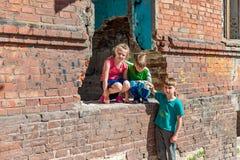 Τρία παιδιά σε ένα σπίτι κρύβουν από τις στρατιωτικές συγκρούσεις, τα παιδιά προσφύγων πάσχουν από την καταστροφή στοκ εικόνες