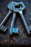 Τρία παλαιά κλειδιά στον ξύλινο πίνακα Στοκ φωτογραφία με δικαίωμα ελεύθερης χρήσης