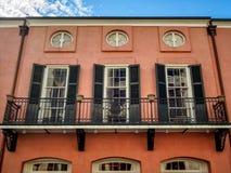 Τρία παράθυρα και ένα μπαλκόνι στη γαλλική συνοικία Νέα Ορλεάνη Στοκ Φωτογραφία