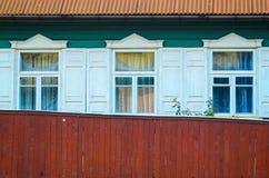 Τρία παράθυρα στην ξύλινη πρόσοψη Στοκ φωτογραφία με δικαίωμα ελεύθερης χρήσης