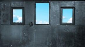 Τρία παράθυρα στο δωμάτιο μετάλλων Στοκ εικόνα με δικαίωμα ελεύθερης χρήσης