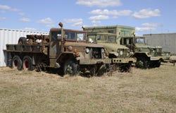 Τρία παλαιά οχήματα στρατού που σταθμεύουν σε έναν τομέα χλόης Στοκ φωτογραφία με δικαίωμα ελεύθερης χρήσης