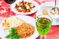 Τρία πιάτα με τα πιάτα μεσημεριανού γεύματος στον πίνακα Η φυτική σαλάτα, η σούπα ψαριών και το κοτόπουλο schnitzel με συλλαβισμέ Στοκ φωτογραφία με δικαίωμα ελεύθερης χρήσης