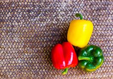 Τρία πιπέρια χρώματος σε ένα όμορφο υπόβαθρο στοκ φωτογραφίες με δικαίωμα ελεύθερης χρήσης