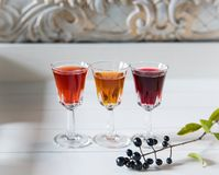 Τρία πολύχρωμα ποτά στο εκλεκτής ποιότητας άσπρο ξύλινο υπόβαθρο Opy διάστημα Ð ¡ στοκ εικόνα με δικαίωμα ελεύθερης χρήσης