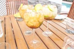 Τρία ποτήρια του κουβανικού κοκτέιλ mojito σε μια κουκούλα παρουσιάζουν στο Λα Αβάνα κοντά σε μια πισίνα στοκ εικόνες