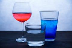 Τρία ποτήρια του χρωματισμένου νερού Στοκ φωτογραφία με δικαίωμα ελεύθερης χρήσης