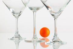 Τρία ποτήρια των εξοπλισμών σαμπάνιας και γκολφ Στοκ Φωτογραφίες