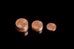Τρία που συρρικνώνονται τους σωρούς της ευρο- κινηματογράφησης σε πρώτο πλάνο νομισμάτων σεντ στοκ φωτογραφίες