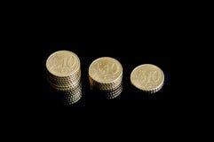 Τρία που συρρικνώνονται τους σωρούς της ευρο- κινηματογράφησης σε πρώτο πλάνο νομισμάτων σεντ στοκ φωτογραφίες με δικαίωμα ελεύθερης χρήσης