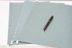 Τρία πράσινα επιχειρησιακά αρχεία με μια μάνδρα Στοκ φωτογραφία με δικαίωμα ελεύθερης χρήσης