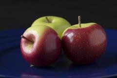 Τρία πράσινα και κόκκινα μήλα καβουριών Στοκ εικόνα με δικαίωμα ελεύθερης χρήσης