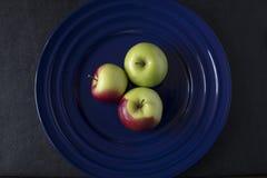 Τρία πράσινα και κόκκινα μήλα καβουριών Στοκ Εικόνες