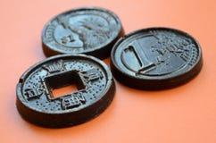 Τρία προϊόντα σοκολάτας υπό μορφή νομίσματος ευρώ, των ΗΠΑ και της Ιαπωνίας Στοκ Φωτογραφία