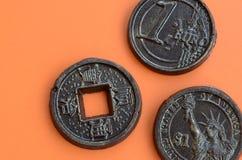 Τρία προϊόντα σοκολάτας υπό μορφή νομίσματος ευρώ, των ΗΠΑ και της Ιαπωνίας Στοκ εικόνες με δικαίωμα ελεύθερης χρήσης