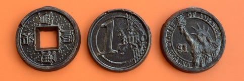 Τρία προϊόντα σοκολάτας υπό μορφή νομίσματος ευρώ, των ΗΠΑ και της Ιαπωνίας Στοκ εικόνα με δικαίωμα ελεύθερης χρήσης