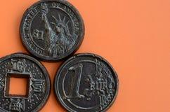 Τρία προϊόντα σοκολάτας υπό μορφή νομίσματος ευρώ, των ΗΠΑ και της Ιαπωνίας Στοκ Φωτογραφίες
