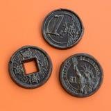 Τρία προϊόντα σοκολάτας υπό μορφή νομίσματος ευρώ, των ΗΠΑ και της Ιαπωνίας Στοκ Εικόνες