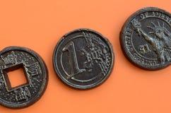 Τρία προϊόντα σοκολάτας υπό μορφή νομίσματος ευρώ, των ΗΠΑ και της Ιαπωνίας Στοκ φωτογραφία με δικαίωμα ελεύθερης χρήσης