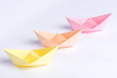 Τρία σκάφη εγγράφου origami στα χρώματα κρητιδογραφιών που απομονώνονται στο λευκό Στοκ φωτογραφία με δικαίωμα ελεύθερης χρήσης
