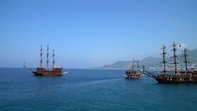 Τρία σκάφη που επιπλέουν στη θάλασσα φιλμ μικρού μήκους