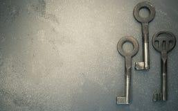 τρία σκουριασμένα παλαιά κλειδιά μετάλλων Στοκ φωτογραφία με δικαίωμα ελεύθερης χρήσης