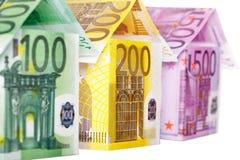 Τρία σπίτια φιαγμένα από ευρο- σημειώσεις που απομονώνονται στο λευκό Στοκ εικόνα με δικαίωμα ελεύθερης χρήσης