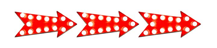 Τρία στο κόκκινο βέλος γραμμών διαμόρφωσαν το εκλεκτής ποιότητας ζωηρόχρωμο φωτισμένο μεταλλικό σημάδι κατεύθυνσης επίδειξης με τ στοκ φωτογραφίες με δικαίωμα ελεύθερης χρήσης