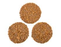 Τρία στρογγυλά καφετιά μπισκότα που απομονώνονται στο άσπρο υπόβαθρο Στοκ εικόνα με δικαίωμα ελεύθερης χρήσης