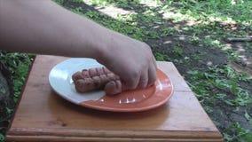 Τρία τηγανισμένα λουκάνικα σε ένα πιάτο φιλμ μικρού μήκους